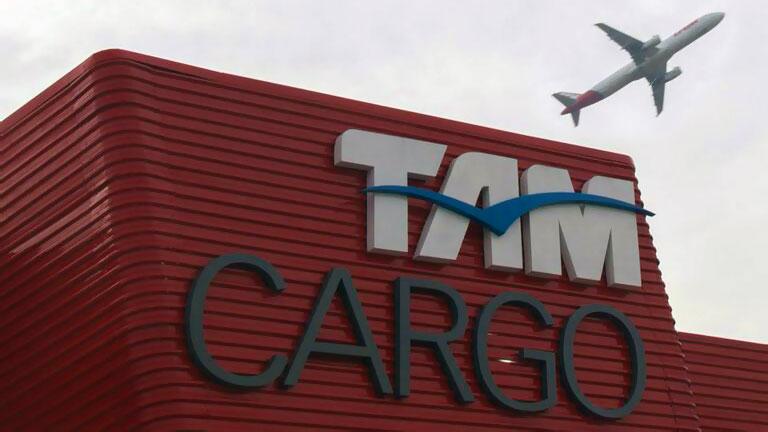 Detalhe da fachada do novo terminal da TAM Cargo em Guarulhos com avião ao fundo