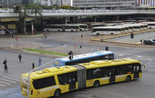 Cai produção de ônibus